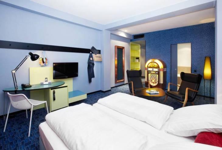 195_8_25hours_Hotel_Frankfurt_by_Levis-XL-Zimmer-2
